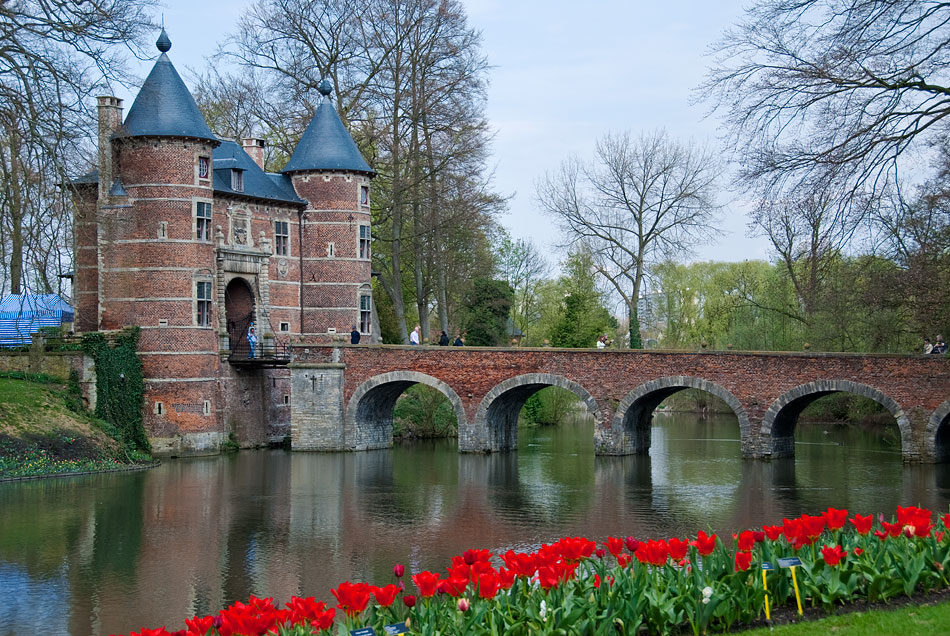 One of the beautiful architectural features of the Groot-Bijgaarden castle is this beautiful five-arched bridge over the mote. This is the only way into the grounds.